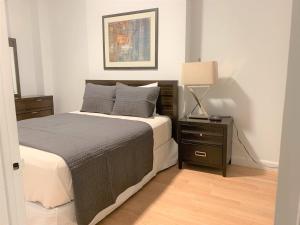 Cama o camas de una habitación en Upper East Side Apartments 30 Day Rentals
