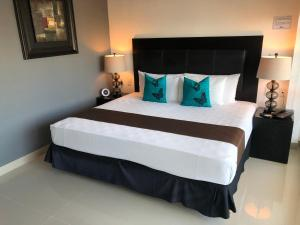 A bed or beds in a room at Suites Malecon Cancun