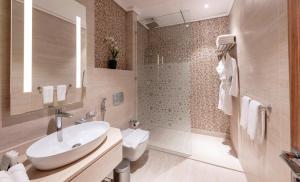 A bathroom at Taj Jeddah Hotel Apartment