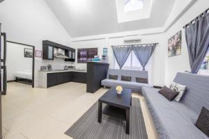 A seating area at Green Residence Pool Villa Pattaya