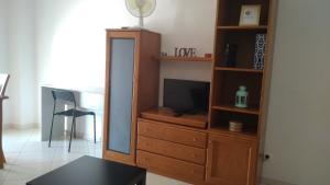 Uma televisão e/ou sistema de entretenimento em Apartamentos Monica
