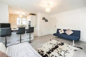 A seating area at NEW Sleek Light Filled 2 Bedroom Flat with Garden