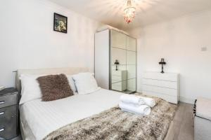 A bed or beds in a room at NEW Sleek Light Filled 2 Bedroom Flat with Garden