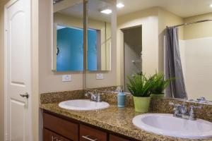 A bathroom at GASLAMP & CONVENTION CENTER 2 BEDROOM SUITE