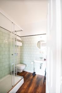 A bathroom at Apartamentos com História