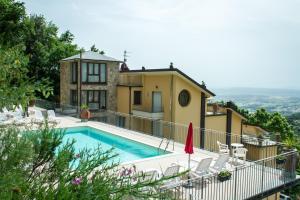 Vista sulla piscina di Residence Montefiore o su una piscina nei dintorni