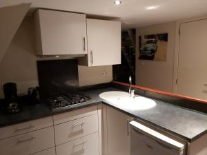 A kitchen or kitchenette at Woodpecker - bungalow 29