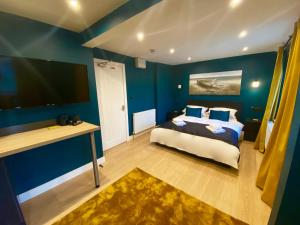 A bed or beds in a room at Sky City Apartments