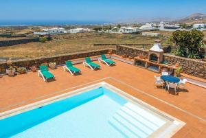 Uitzicht op het zwembad bij Villa Conil of in de buurt
