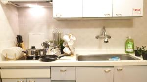 ครัวหรือมุมครัวของ Hong Dae Yeontral Youngs 2Q House