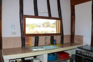Una televisión o centro de entretenimiento en Bungalows Canoas de Punta Sal
