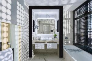 A bathroom at Casa del Poeta Triana Suite & Homes