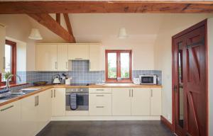 A kitchen or kitchenette at The Vine House at Chet Vineyard