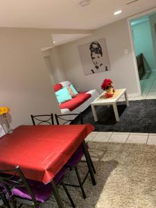 A seating area at Cozy two bedroom apartment 8 min from Pearson Air