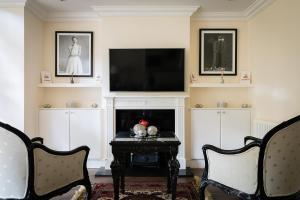 A television and/or entertainment center at PickThePlace Kensington Gardens Villa