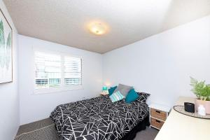 A bed or beds in a room at Hibiscus Court, Unit 4, 24 North St, Forster