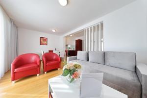 Ein Sitzbereich in der Unterkunft Sunnyside Apartments Petrcane