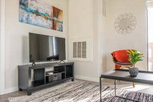 A television and/or entertainment center at Open 1BR Apt in Capitol View South with Parking