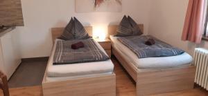 Ein Bett oder Betten in einem Zimmer der Unterkunft StudioApartments Haus Schneider