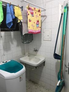 A bathroom at Apartamento um quarto sala mobiliado no Canela