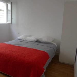 A bed or beds in a room at Terraced House with Garden in Oberkampf by GuestReady