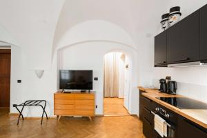 A kitchen or kitchenette at Art Apartment in the Heart of Old Town