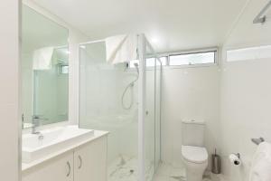 A bathroom at Beach Lodges