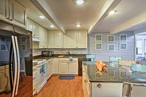 A kitchen or kitchenette at Home w/Patio as Seen on TV! - Walk to Dewey Beach!