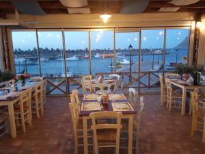 Ein Restaurant oder anderes Speiselokal in der Unterkunft Villa Thalia