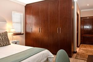 A bed or beds in a room at Holly Tree Franschhoek Apt