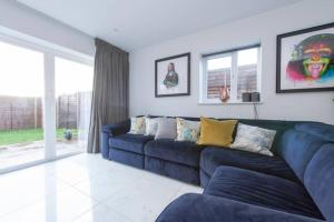A seating area at Luxury Cosy House with garden and parking- North West London less than 30 mins to Oxford Circus