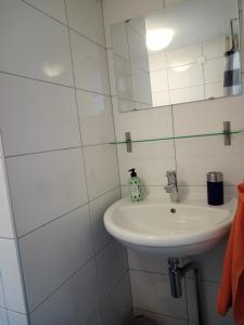 Ein Badezimmer in der Unterkunft Appartement Zeezicht