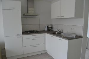 A kitchen or kitchenette at Vakantiewoning aan zee in Dishoek