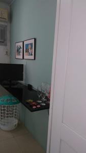 Una televisión o centro de entretenimiento en Apartamento Completo Privativo