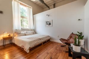 A bed or beds in a room at Denver FoxLoft