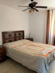Een bed of bedden in een kamer bij El Beril and Altamira apartments