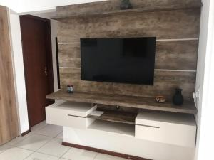 Una televisión o centro de entretenimiento en Residencial la bela praia