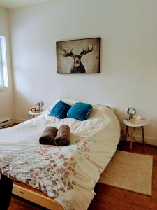A bed or beds in a room at Chez Tama dans la Petite-Patrie