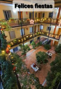 Uitzicht op het zwembad bij Apartamentos Sevilla of in de buurt