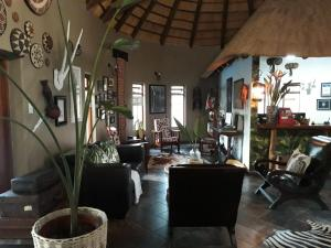 The lobby or reception area at Lodge Afrique