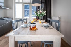A restaurant or other place to eat at De Pijp Boutique Apartments