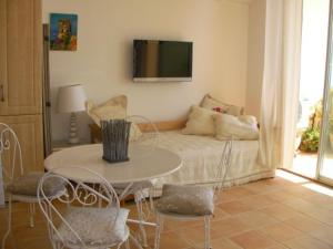 A seating area at Appartement Corse Azur