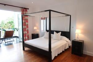 A bed or beds in a room at Criollo House