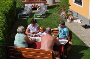 Eine Familie, die in der Unterkunft Ferienwohnung Höbart übernachtet