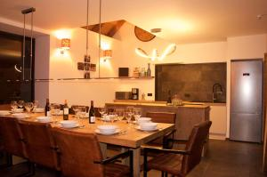 Een restaurant of ander eetgelegenheid bij Chalet Le Petit Plus