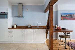 A kitchen or kitchenette at New Row Studio II by Onefinestay