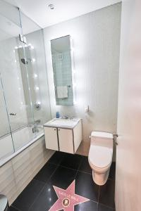 A bathroom at Resolution Suite: Snap The Best Shot