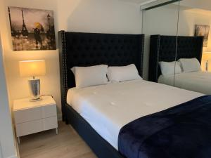 A bed or beds in a room at Jet Furnished Suites