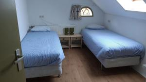 A bed or beds in a room at BuitenWedde