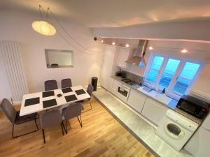 A kitchen or kitchenette at Imperial Mews House